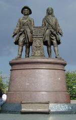 ieka 8-Statue_Tatishchev_de_Gennin_Yekaterinburg.jpg